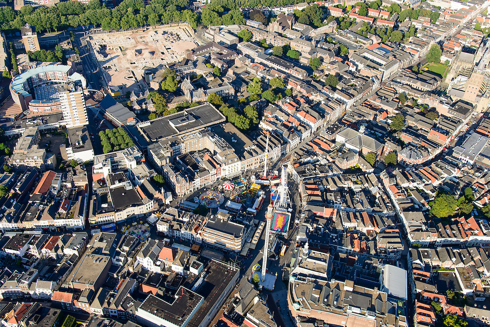 Nederland, Noord-Brabant, Den Bosch, 23-08-2016; binnenstad Den Bosch met  Hinthamerstraat en kermis op de Markt. De lege plek aan de Tolbrugstraat is het GZG terrein (voorheen Groot Zieken Gasthuis).<br /> Town centre Den Bosch with fiar on Market square.<br /> <br /> luchtfoto (toeslag op standard tarieven);<br /> aerial photo (additional fee required);<br /> copyright foto/photo Siebe Swart