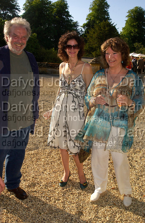 David Bailey, Mollie Dent-Brocklehurst and Lady Ashcombe. Mollie Dent-Brocklehurst and Vanity Fair host  the opening of 'Vertigo'  a mixed art exhibition at Sudeley Castle. Winchombe, Gloucestershire. 18 June 2005. ONE TIME USE ONLY - DO NOT ARCHIVE  © Copyright Photograph by Dafydd Jones 66 Stockwell Park Rd. London SW9 0DA Tel 020 7733 0108 www.dafjones.com