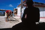 En el archipiélago de Los Roques, cada seis meses se inicia la temporada de pesca de langostas. Una de las principales actividades económicas del lugar..De manera artesanal, los pescadores preparan sus herramientas nasas, guantes y máscaras, para iniciar su labor en el mar. Los Roques, 31-10-2001 (Ramón Lepage / Orinoquiaphoto)..