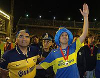 """BOCA JUNIORS SE CONSAGRO CAMPEON DE LA COPA NISSAN SUDAMERICANA EL 18DIC2005 TRAS VENCER POR PENALES A PUMAS DE MEXICO.  IGUALARON TRAS LOS 90 MINUTOS 1-1 Y BOCA VENCIO 4-3 EN LOS PENALES.<br /> EL DELANTERO RODRIGO PALACIO (DER.) SALUDA A SU HINCHADA JUNTO AL BOXEADOR Y FIEL SEGUIDOR DE BOCA, JORGE """"LOCOMOTORA"""" CASTRO.<br /> PHOTO: SEBASTIAO DE SOUZA/2005"""