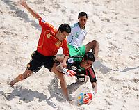 FIFA BEACH SOCCER WORLD CUP 2008 SPAIN - MEXICO   20.07.2008 Javi ALVAREZ (ESP, l) against goalkeeper Miguel ESTRADA (MEX).