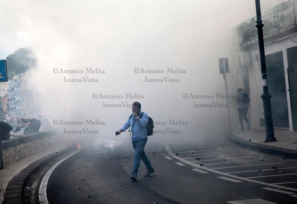 Gli attimi dopo il lancio dei lacrimogeni della Polizia.