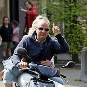 NLD/Laren/20080503 - John van den Heuvel en partner Mariette van Schie op hun scooter in Laren NH