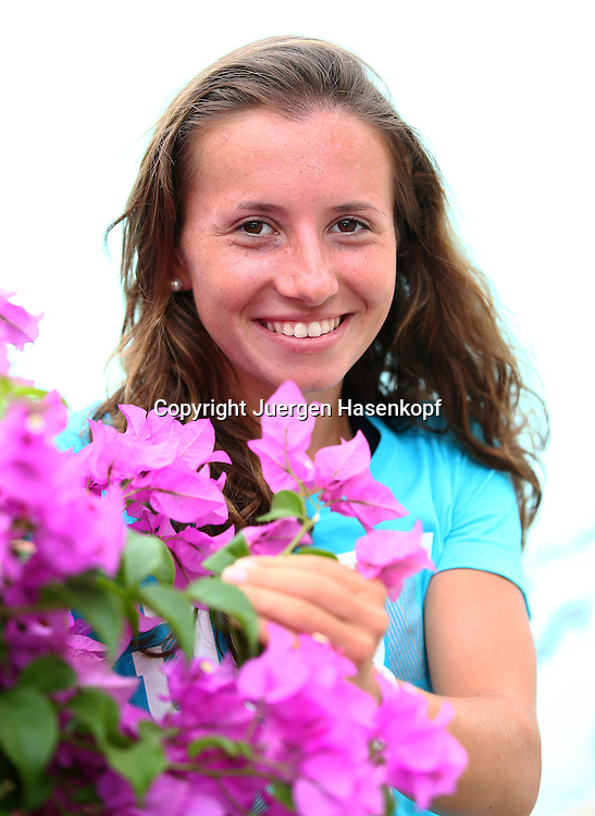 PTT Pattaya Open 2013,WTA Tennis Turnier,. International Series, Dusit Resort in Pattaya,Thailand ,.Annika Beck (GER)  mit exotischen Blumen,Halbkoerper,Hochformat,privat,