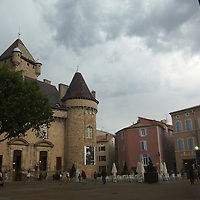EN> The castle at Aubenas, France | <br /> SP> El castillo en la ciudad de Aubenas, Francia