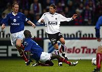 Fotball, 4. mai 2003, Tippeligaen Vålerenga-Sogndal 3-3.   Alexander Ødegaard, Sogndal, mot Tom Henning Hovi og Pa-Modou Kah, Vålerenga