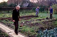 Geel-Belgio  Christoffel al centro con Dirck e Izaak i due pazienti che ospita a casa. Dirck e Izaak  si occupano dell'orto e aiutano nelle faccende domestica Maartje.<br /> Geel &eacute; conosciuta fin dal 1200 come la comunit&aacute; terapeutica aperta del mondo. I pazienti partecipano alla vita sociale e interagiscono con gli abitanti che spesso li ospitano in cambio di aiuto come per esempio Peter che lavora i campi e va a prendere i bambini a scuola per accompagnarli a casa.<br /> Van Gogh fu ospite nel 1878