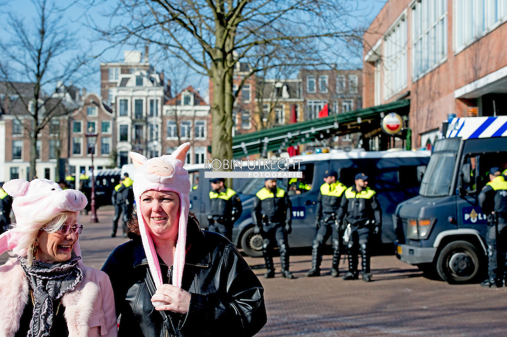 AMSTERDAM - De politie in Amsterdam heeft de voorman Edwin Wagensveld van de anti-islambeweging Pegida aangehouden toen hij tijdens een toespraak een hakenkruis liet zien. De gemeente Amsterdam had van tevoren gezegd dat nazisymbolen verboden zijn. Wagensveld werd een week geleden ook al  aangehouden omdat hij een varkensmuts op had. Op Twitter zei Pegida zaterdag al met enkele verrassingen te zullen komen voor de burgemeester. Er zou onder meer een actie op stapel staan met een hakenkruis en een prullenbak. Ook zou de beweging met varkensmutsen op willen protesteren. De mutsen zijn te koop voor 7,50 euro. politie agent , me , paarden , politieagent agenten  , busje  , COPYRIGHT ROBIN UTRECHT