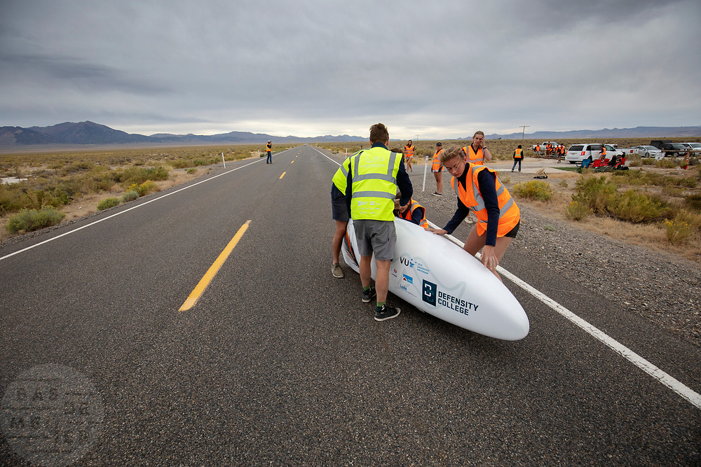 De Velox tijdens de derde racedag in Battle Mountain. Het Human Power Team Delft en Amsterdam, dat bestaat uit studenten van de TU Delft en de VU Amsterdam, is in Amerika om tijdens de World Human Powered Speed Challenge in Nevada een poging te doen het wereldrecord snelfietsen voor vrouwen te verbreken met de VeloX 8, een gestroomlijnde ligfiets. Het record is met 121,81 km/h sinds 2010 in handen van de Francaise Barbara Buatois. De Canadees Todd Reichert is de snelste man met 144,17 km/h sinds 2016.<br /> <br /> With the VeloX 8, a special recumbent bike, the Human Power Team Delft and Amsterdam, consisting of students of the TU Delft and the VU Amsterdam, wants to set a new woman's world record cycling in September at the World Human Powered Speed Challenge in Nevada. The current speed record is 121,81 km/h, set in 2010 by Barbara Buatois. The fastest man is Todd Reichert with 144,17 km/h.