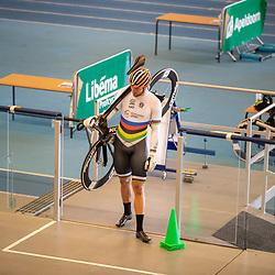 30-04-2020: Wielrennen: persmoment KNWU: Apeldoorn <br />De KNWU baanselectie trainende vandaag voor de eerste keer op de baan met inachtneming van het Corona protocol. Mathijs Buchli