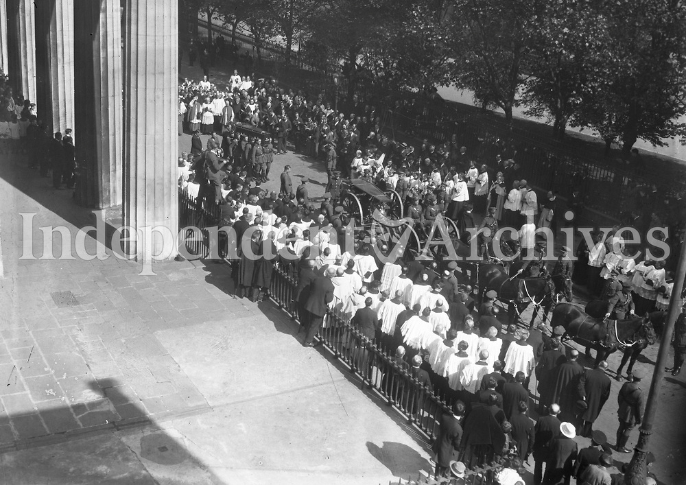Funeral cortege of Michael Collins outside the Pro-Cathedral, Marlborough St. (Part of the Independent Newspapers Ireland/NLI Collection)