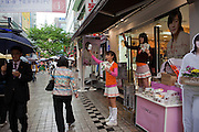 Einkaufsstrasse im Zentrum der koreanischen Metropole Seoul. <br /> <br /> Shopping street in the center of the Korean metropolis Seoul.