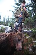 Bear hunter Jon Einar Nymoen with the bear hunting veteran, Storbringens Strix. The norwegian elkhound have hunted 40 bears. Elghunden Strix har vært med på felling av 40 bjørn.
