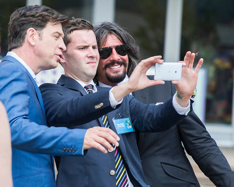 Nick Knowles (L) and Laurence llewelwyn Bowen   fail to take a selfie with the same phone. The Chelsea Flower Show 2014. The Royal Hospital, Chelsea, London, UK.  19 May 2014.