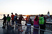 Menschen auf dem Moleturm bei Sonnenuntergang, Friedrichshafen, Bodensee, Baden-Württemberg, Deutschland