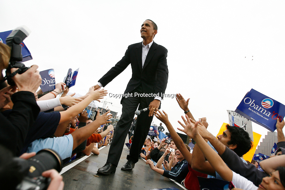 U.S. Senator Barack Obama addresses a crowd of supporters at a rally in Austin, Texas, February 23, 2007. ATLAS PRESS/Keith Bedford (UNITED STATES)