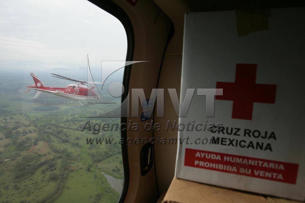 Villa Hermosa, Tabasco.- Rescatistas de la Unidad de Apoyo Aereo (relampagos) de la policia del Estado de Mexico, entregan ayuda humanitaria a los habitantes de las comunidades que han quedado incomunicadas por las inundaciones que generaron el desbordamiento de los rios en el estado de Tabasco. Agencia MVT / Mario Vazquez de la Torre. (DIGITAL)<br /> <br /> <br /> <br /> NO ARCHIVAR - NO ARCHIVE