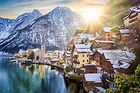 Hallstatt mit Dachstein am Hallstaetter See bei Sonnenaufgang im Winter.