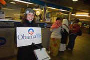 New York  Brooklyn Elizabeth Lynch (30) wirbt  fuer Barack Obama in einer U-Bahn Station..Fotos © Stefan Falke. Clinton / Obama Kandidatenwahl der Demokraten in den USA.New York Primary 2008