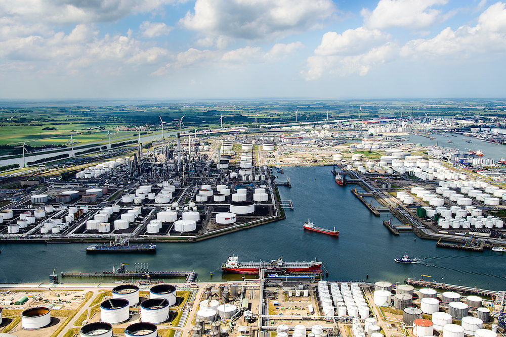 Nederland, Zuid-Holland, Rotterdam, 10-06-2015; 3e  Petroleumhaven met afgemeerde tankers. Links Esso Nederland, rechts Vopak, Odfjell Terminals Rotterdam in de voorgrond.<br /> Petroleum harbour with moored tankers and terminals for storage of oil and chemicals.<br /> luchtfoto (toeslag op standard tarieven);<br /> aerial photo (additional fee required);<br /> copyright foto/photo Siebe Swart