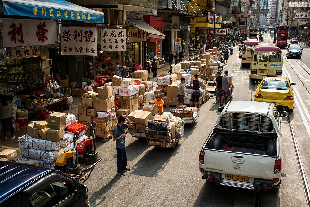 Hong Kong   06.05.2017: Hong Kong <br /> <br /> hier: Anlieferungen werden auf der Stra&szlig;e abgewickelt, Des Voeux Road<br />  <br /> Sascha Rheker<br /> 20170506<br /> <br /> [Inhaltsveraendernde Manipulation des Fotos nur nach ausdruecklicher Genehmigung des Fotografen. Vereinbarungen ueber Abtretung von Persoenlichkeitsrechten/Model Release der abgebildeten Person/Personen liegt/liegen nicht vor.]