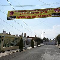 Toluca, México (Enero 31, 2017).- Vecinos de la calle Tonatico, en la colonia Electricistas Locales colocaron una manta en donde informan que es tan unidos para combatir la delincuencia, ante los constantes robos a casa habitación y asaltos de los que son presa.  Agencia MVT / Crisanta Espinosa