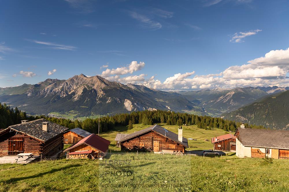Das Maiens&auml;ss Munter oberhalb Salouf mit Lenzerhorn und Ablulatal, Parc Ela, Graub&uuml;nden, Schweiz<br /> <br /> Alpine huts at Munter above Salouf, Parc Ela, Grisons, Switzerland