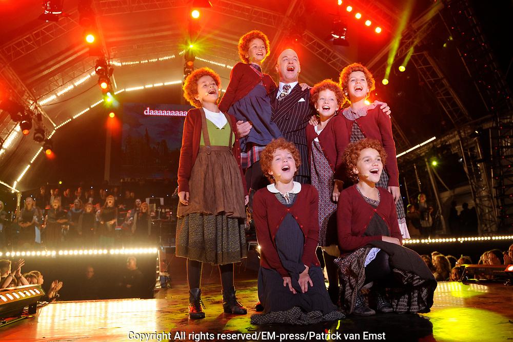 Musical Sing a Long , de afsluiter van de Amsterdamse Uitmarkt met sterren uit alle grote musicals. Op het museumplein, Amsterdam.<br /> <br /> Op de foto:  Cast Musical Annie
