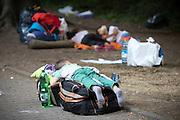 Ein Flüchtlingskind schläft vor dem Berliner LaGeSo(Landesamt für Gesundheit und Soziales) auf Reisetaschen. Mehrere hundert Flüchtlinge harren seit Tagen unter freiem Himmel aus, um sich registrieren zu lassen.