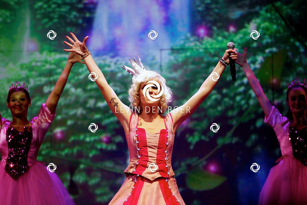 ZWOLLE - In de IJsselhallen te Zwollen presenteerde K3 hun nieuwe show 'De Verjaardagsshow' met op de foto  K3 zangeres Josje Huisman. FOTO LEVIN DEN BOER - PERSFOTO.NU