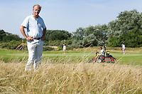 ZANDVOORT - Aris Begeman in de hoge rough , vrijwilliger van de Kennemer GC  voor het KLM Open golf. FOTO KOEN SUYK
