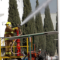 TOLUCA, México.- La Planta almacenadora de PEMEX realizo este día un simulacro de incendio en un autotanque en donde una persona resulto lesionada con quemaduras en todo el cuerpo, en este ejercicio participaron los cuerpos de emergencias de Cruz Roja, SUEM, Bomberos y Protección Civil de Toluca; este simulacro se realizo de forma simultánea en 77 terminales de esta empresa. Agencia MVT / Crisanta Espinosa. (DIGITAL)