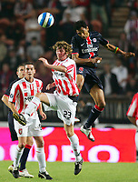Fotball<br /> Frankrike / Irland<br /> Foto: Dppi/Digitalsport<br /> NORWAY ONLY<br /> <br /> FOOTBALL - UEFA CUP 2006/2007 - 1ST ROUND - 2ND LEG - PARIS SAINT GERMAIN v DERRY CITY FC - 28/09/2006<br /> <br /> EDOUARD CISSE (PSG) / PATRICVK MAC COURT (DER)