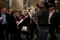 Nederland. Den Haag, 18 februari 2010. <br /> Wouter Bos op weg naar de ministerskamer. Pers, parlementaire pers, parlementaire journlistiek, NOS, NOS Radio 1.<br /> Spoeddebat in de Tweede Kamer over de ontstane crisissituatie binnen het kabinet over Uruzgan, daags voor de val van het vierde kabinet Balkenende. Een dag later valt het kabinet. kabinetscrisis, vak kabinet, Balkenende IV, Balkenende Vier, politiek, coalitie<br />  Foto Martijn Beekman