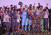 FUSSBALL INTERNATIONAL Supercoppa Italia Finale 2014 in Doha  Juventus Turin - SSC Neapel         22.12.2014 Siegerehrung, Sieger SSC Neapel; Marek Hamsik (Mitte) jubelt mit Pokal, Goekhan Inler (3.v.re) und Josip Radosevic (2.v.re.)