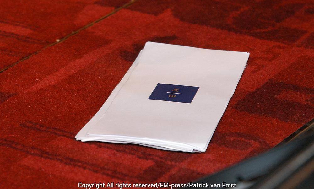 Op 17 maart gaat de nieuwe dvd 'ZIEN' van Marco Borsato in premi&egrave;re. Het is voor het eerst in Nederland dat een dergelijk evenement wordt georganiseerd. In het Tuschinski Theater in Amsterdam zullen 's avonds voor het eerst de dertien nieuwe clips, die op de dvd staan, te zien zijn. <br /> <br /> Marco Borsato is hiermee de eerste Nederlandse artiest die in plaats van een gewone cd, een dvd uitbrengt. De schijf is dan ook alleen op een dvd-speler afspeelbaar. <br /> <br /> De dertien 'filmpjes' die erop staan, zijn speciaal gemaakt door bekende Nederlandse regisseurs als Dick Maas, Theo van Gogh en Johan Nijenhuis. Er loopt een duidelijke rode draad door de clips heen, die de verschillende nummers met elkaar verbind. <br /> <br /> Na de festiviteiten zal Marco enkele nieuwe nummers live ten gehore brengen tijdens de exclusive premi&egrave;re after-party in de Escape. De dvd ligt de volgende dag, 18 maart, overal in de winkels.