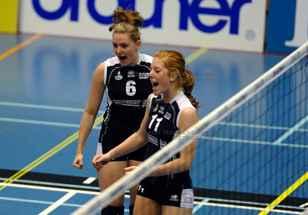 15-11-2007 VOLLEYBAL: DELA MARTINUS - SLIEDRECHT SPORT: AMSTELVEEN<br /> Martinus wint met 3-0 / Annelies Koning en Simone Salemans <br /> &copy;2007-WWW.FOTOHOOGENDOORN.NL