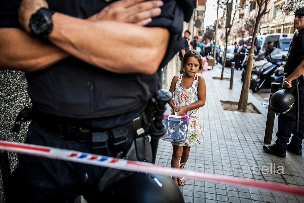 Police evicting nine families without resources (31 persons in total, including four minors) from a building where they had been squatting in the Hostafrancs neighbourhood since the beginning of 2017.