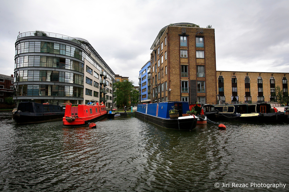 UK ENGLAND LONDON 12AUG07 - Moden housing on New Wharf Street by the Regency Canal in Islington, viewed from the bow of a canal boat...jre/Photo by Jiri Rezac..© Jiri Rezac 2007..Contact: +44 (0) 7050 110 417.Mobile:  +44 (0) 7801 337 683.Office:  +44 (0) 20 8968 9635..Email:   jiri@jirirezac.com.Web:    www.jirirezac.com..© All images Jiri Rezac 2007 - All rights reserved.