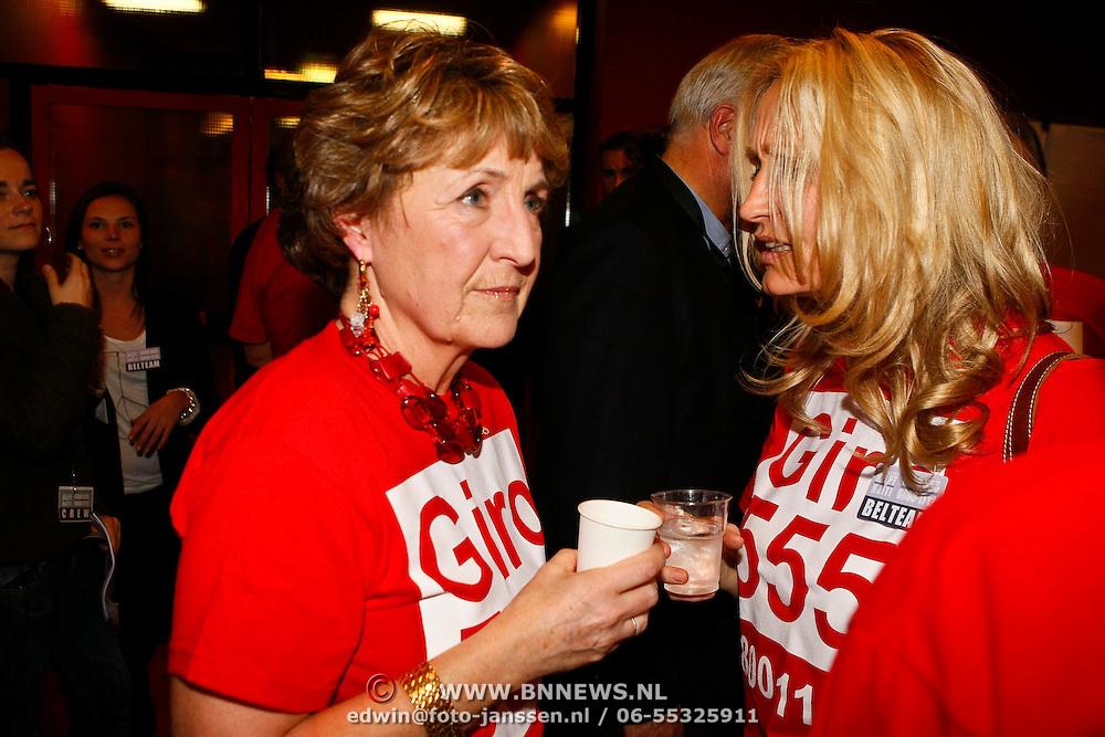 NLD/Hilversum/20100121 - Benefietactie voor het door een aardbeving getroffen Haiti, prinses Margriet in gesprek met Natasja Froger