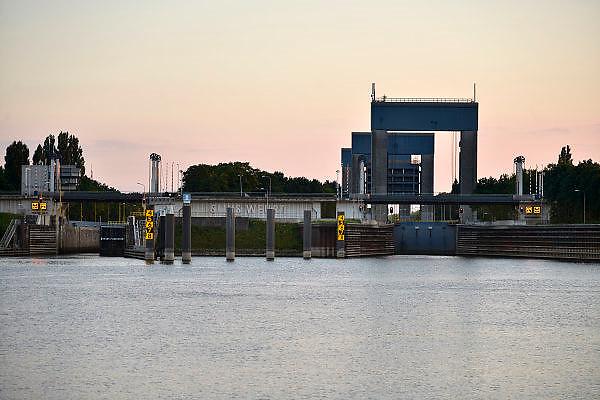 Nederland, Weurt, 11-9-2014De sluis bij Nijmegen in het Maas Waal kanaal bij avondlicht, avond.Foto: Flip Franssen/Hollandse Hoogte