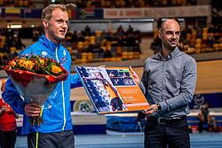 11-02-2017 NED: AA Drink NK Indoor, Apeldoorn<br /> AA drink talent team meerkamper Rik Taam (AV Zaanland, 20 jaar). Rechts Guido Gielen, Sr. Brand Manager AA Drink