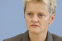 28 AUG 2003, BERLIN/GERMANY:<br /> Renate Kuenast, B90/Gruene, Bundesumweltministerin, waehrend einer Pressekonferenz, Bundespressekonferenz<br /> IMAGE: 20030828-02-007<br /> KEYWORDS: Renate Künast
