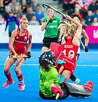 Londen - Sophie Bray (Eng) stuit op goalie Hyeon A Hwang (Kor)   tijdens de cross over wedstrijd Engeland-Korea (2-0) bij het WK Hockey 2018 in Londen. links Alexandra Danson (Eng)    COPYRIGHT KOEN SUYK