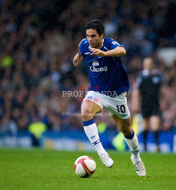 LIVERPOOL, ENGLAND - Saturday, October 25, 2008: Everton's Mikel Arteta in action against Manchester United during the Premiership match at Goodison Park. (Photo by David Rawcliffe/Propaganda)