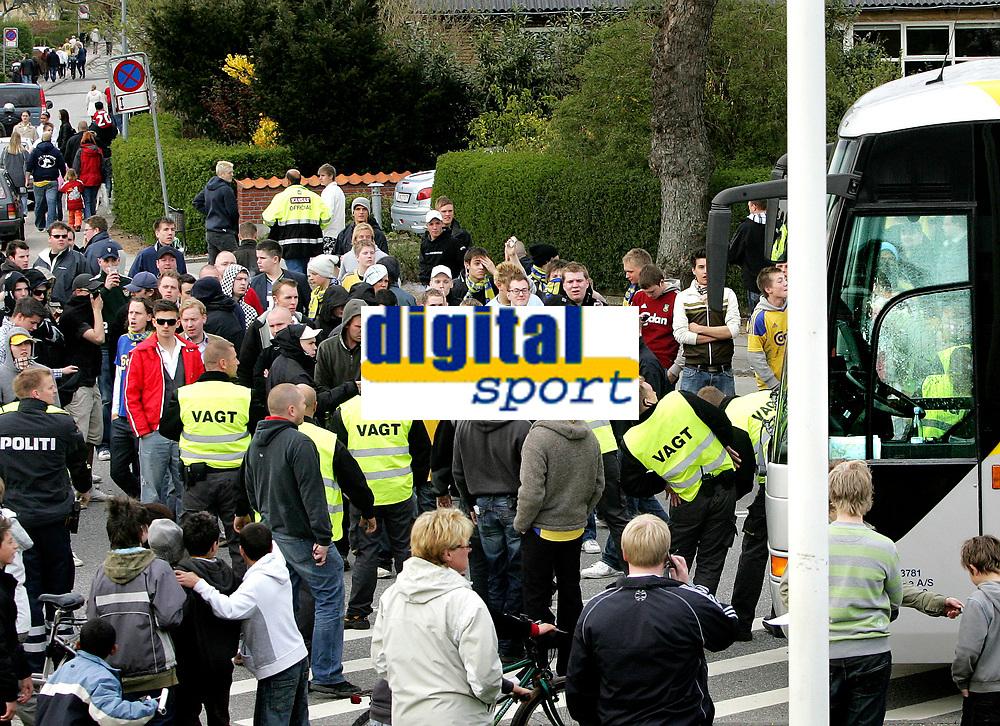 Fotball<br /> Danmark<br /> 22.04.2007<br /> Foto: Polfoto/Digitalsport<br /> NORWAY ONLY<br /> <br /> Politiet fors&oslash;gte at f&aring; Br&oslash;ndby fans v&aelig;k fra stadion efter der var blevet kastet en brosten mod spillerbussen, da de skuffede Br&oslash;ndbyfans lavede ballade i Vejle efter Br&oslash;ndbys 3-0-nederlag i s&oslash;ndagens superligakamp mod Vejle Boldklub. Politi fra b&aring;de &Aring;rhus, Aalborg og Odense m&aring;tte yde assistance til politiet i Vejle oplyser vagthavende ved &Oslash;stjyllands Politi i &Aring;rhus. Urolighederne begyndte umiddelbart efter kampen og bredte sig til omr&aring;det uden for Stadion. Ogs&aring; p&aring; stationen kom det til ballade, oplyser politiet. Det skriver Ritzau.