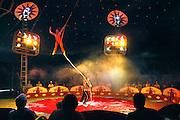 Nederland, Huissen, 14-7-2007..Circus Werona. De artiesten zijn voornamelijk oost-europeanen, vooral Polen. Hier een vrouwlijke artiest die een acrobatiek act doet aan een touw..Foto: Flip Franssen/Hollandse Hoogte