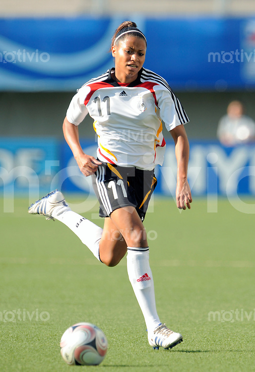 Fussball Frauen FIFA U 20  Weltmeisterschaft 2008    23.11.2008 Deutschland - Japan     Germany - Japan Nicole BANECKI (GER), Einzelaktion am  Ball.