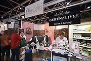 Nederland, Utrecht, 25-1-2014Bezoekers en stands op de gezondheidsbeurs. De beelden respecteren de privacy van de bezoekers.De nieuwste gezondheidstrends en informatie over gezond leven met fruitdrankjes, oogmetingen, checkups, massage,medicinale kruiden, kruidenthee, zelftests, handlezen en nog veel meer....Zuivel vers van de boerderij, den eelder, biologisch,biologische,geitenzuivelFoto: Flip Franssen