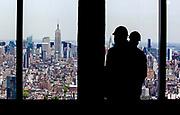 New York, New York, USA, 20120430: Anleggsarbeidere ser bort på Empire State Building, som holdt høyderekorden i byen siden 9/11. 1 World Trade Center passerer høyden til Empire State Building, og blir den høyeste bygningen på den nordlige halvkulen. Foto: Ørjan F. Ellingvåg